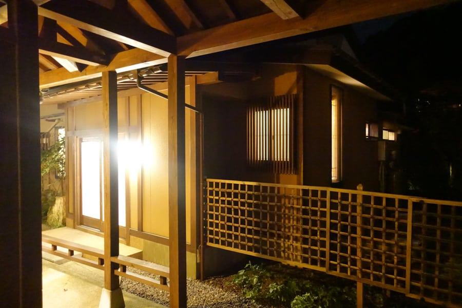 L'extérieur des bâtiments du Takanosu Onsen