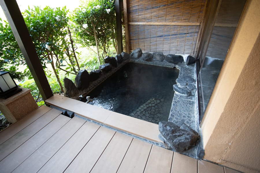 Bain privatif extérieur de ma chambre au Takanosu Onsen