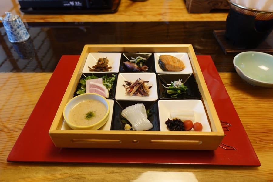 Le petit déjeuner au Takanosu Onsen ressemble à une oeuvre d'art