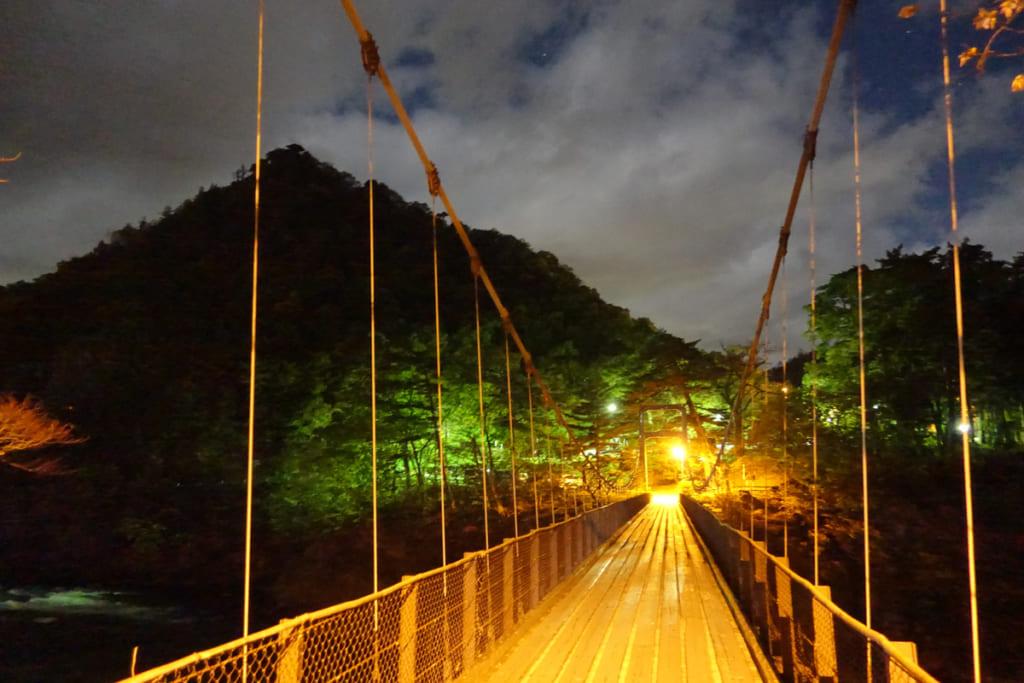 Le pont éclairé qui mène à Takanosu Onsen