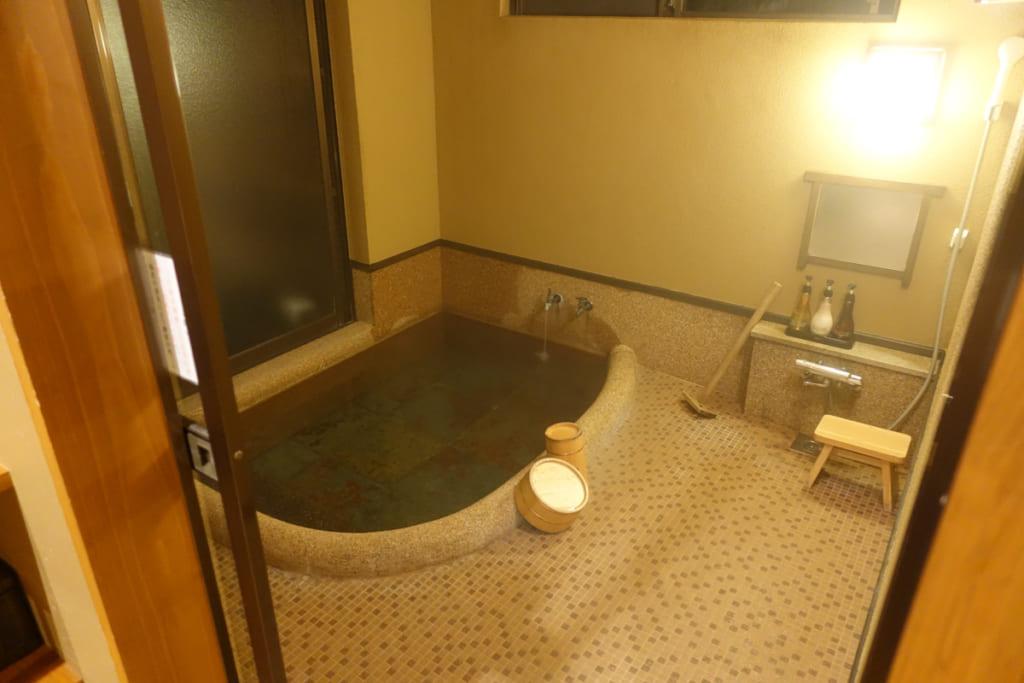Bain intérieur de ma chambre au Takanosu Onsen