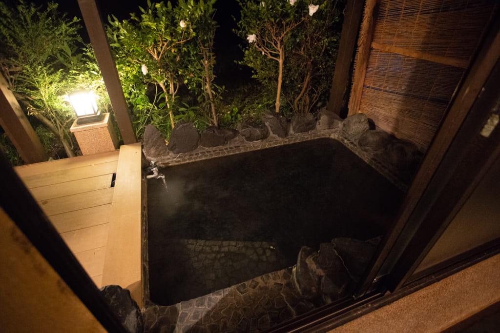 Bain onsen privatif extérieur de ma chambre au Kikuya