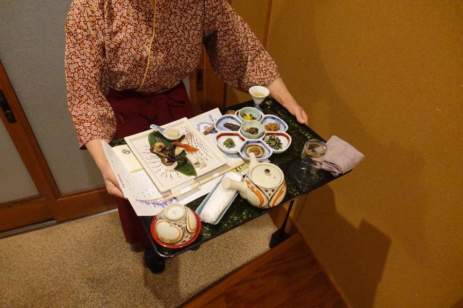 Le personnel du Takanosu Onsen m'apporte mon dîner dans ma chambre