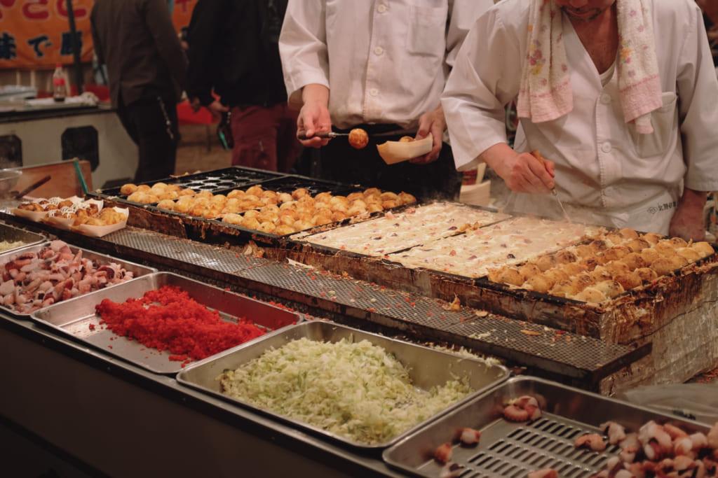 stand de takoyaki à toyama pour célèbrer le hanami