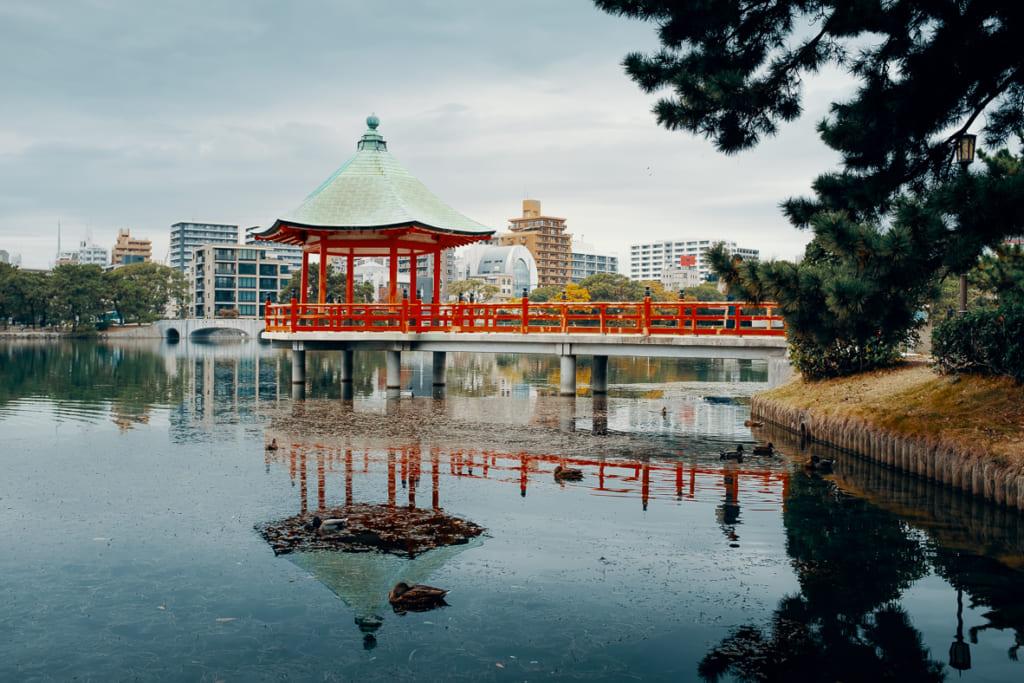 Petit ponton japonais dans le lac du parc Ohori, à Fukuoka