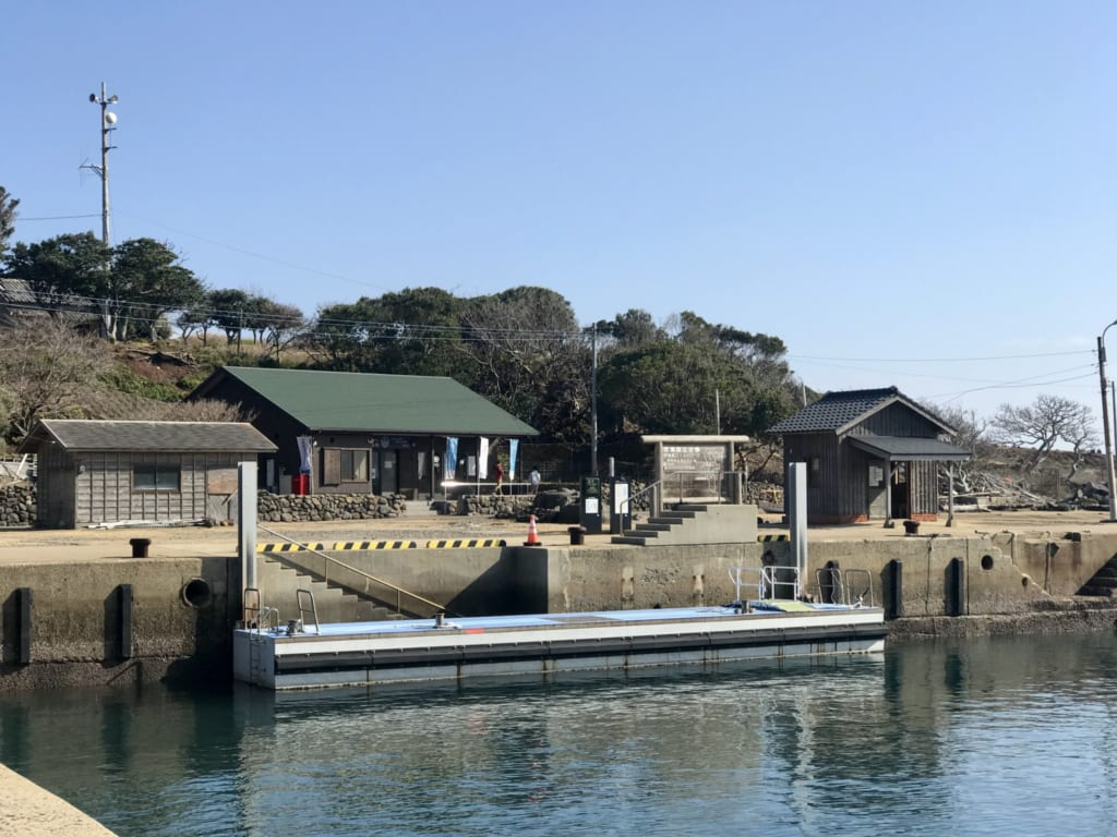 Arrivée en bateau sur l' île abandonnée nozaki-jima