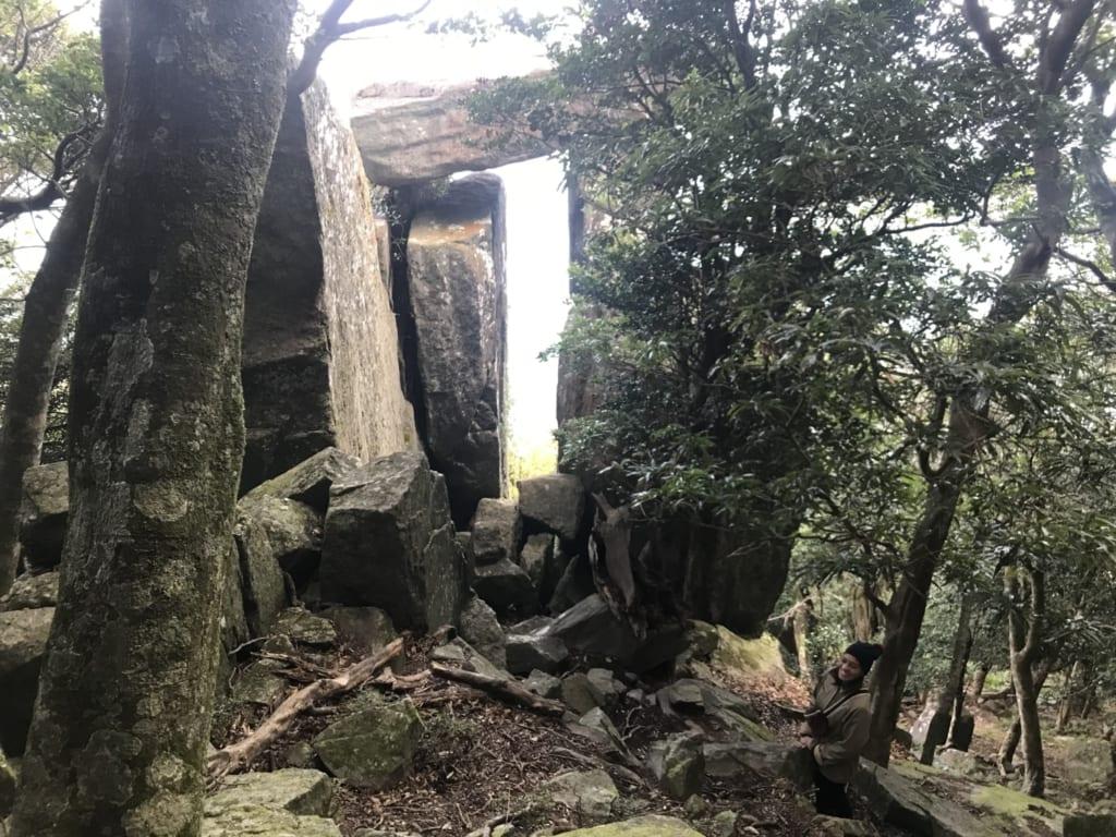 le torii fait de roche du temple okino-kojima