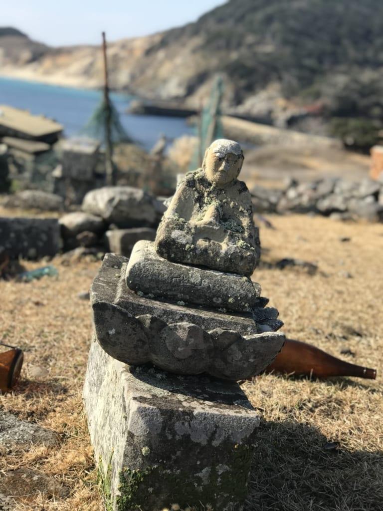 statue de bouddha sur l'île abandonnée