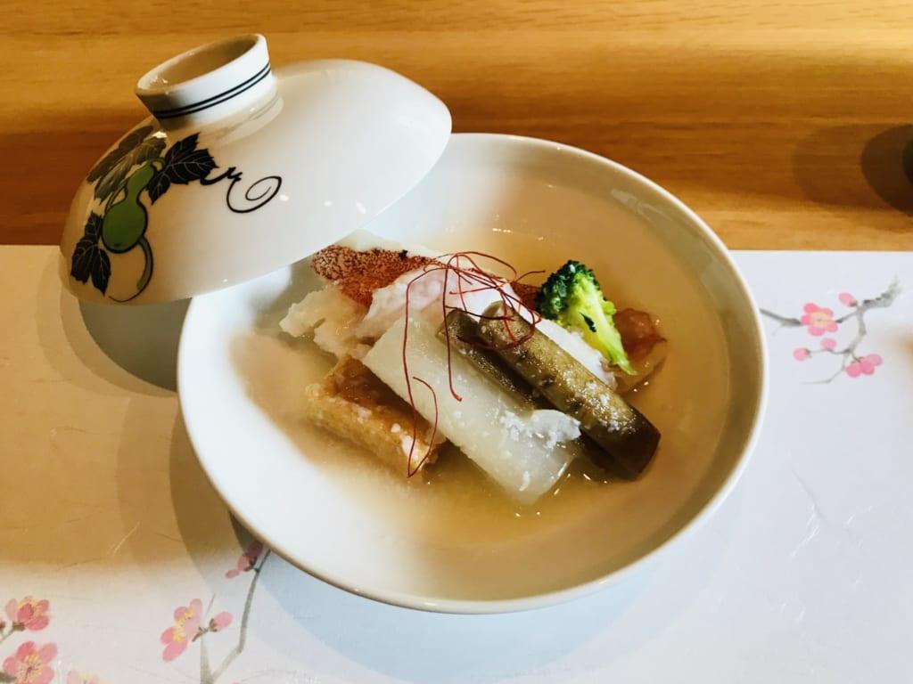 plat raffiné de cuisine japonaise du restaurant fujimatsu ojika