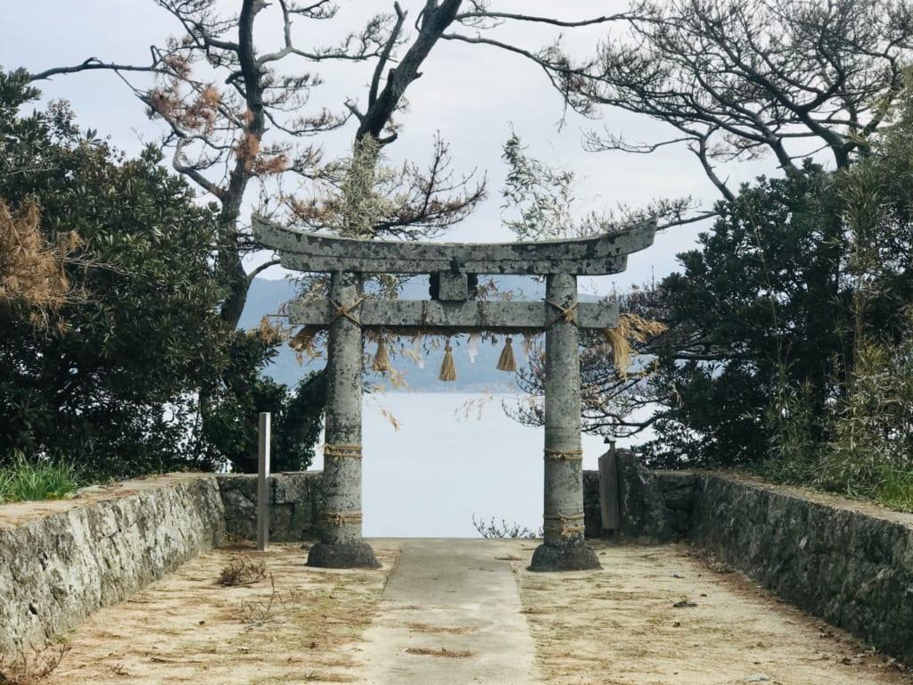 Un torii sur l'île d'okika, non loin de la maison de la famille japonaise dans laquelle j'ai passé ma soirée