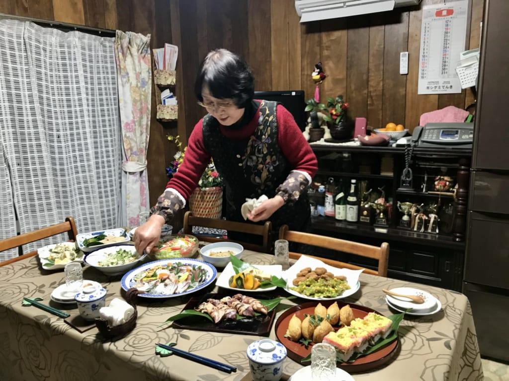 Un repas gargantuesque dans une famille japonaise
