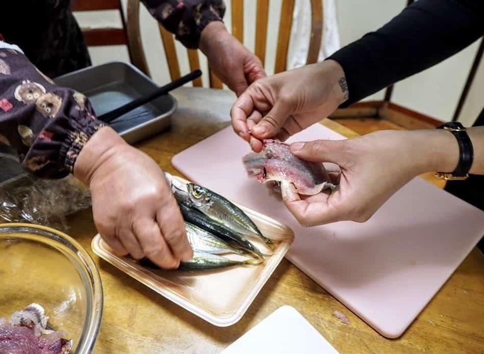Préparation des poissons expliquée par la famille japonaise chez qui je prenais mon dîner