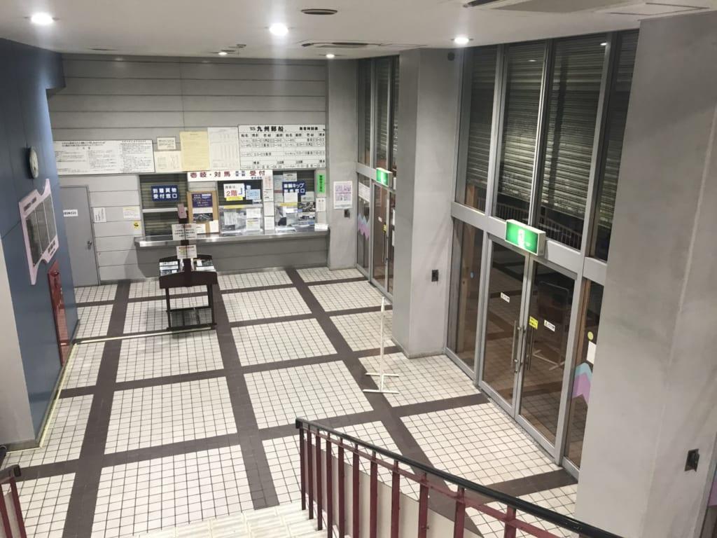 couloir menant au comptoir pour acheter mon billet de bateau
