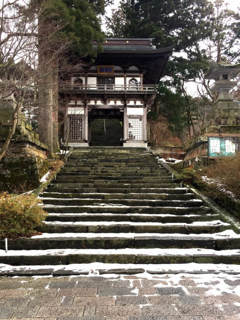 des marches menant au sanctuaire ogamiyama
