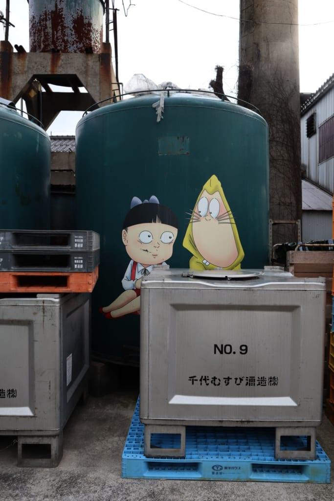 des yokai japonais se cachent sur les cuves de la brasserie de saké chiyo musubi, à sakaiminato