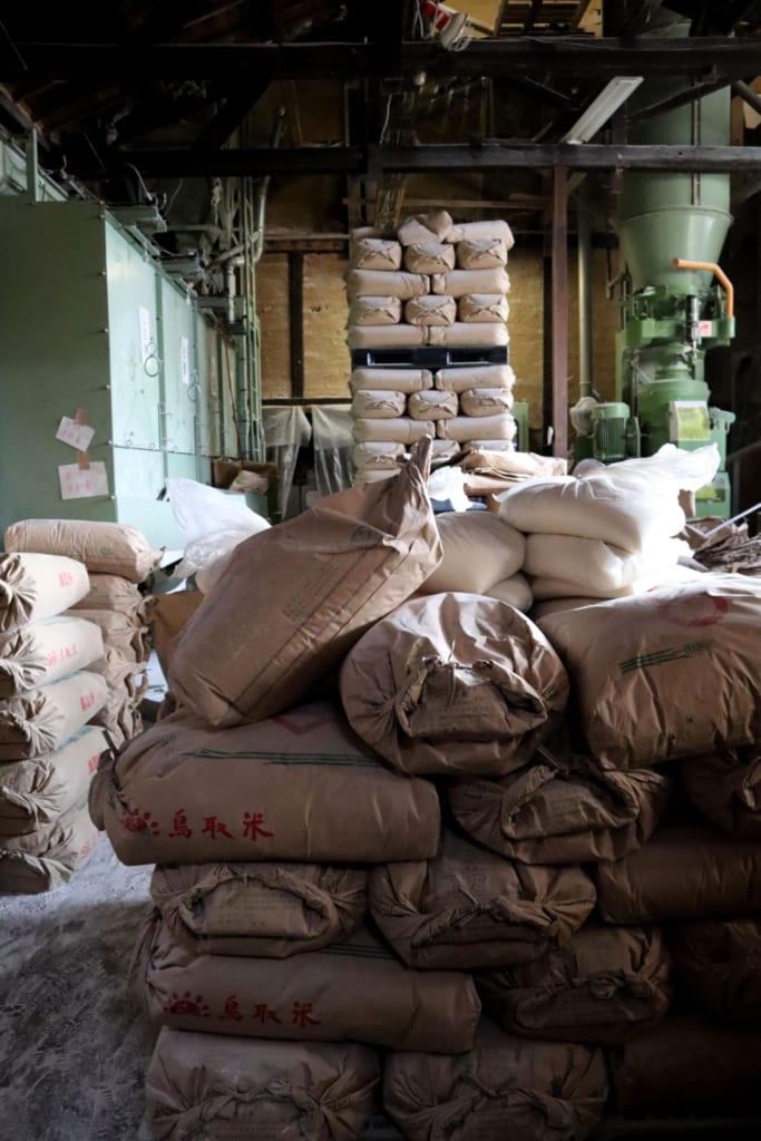 le polissage du riz à la brasserie Chiyo Musubi