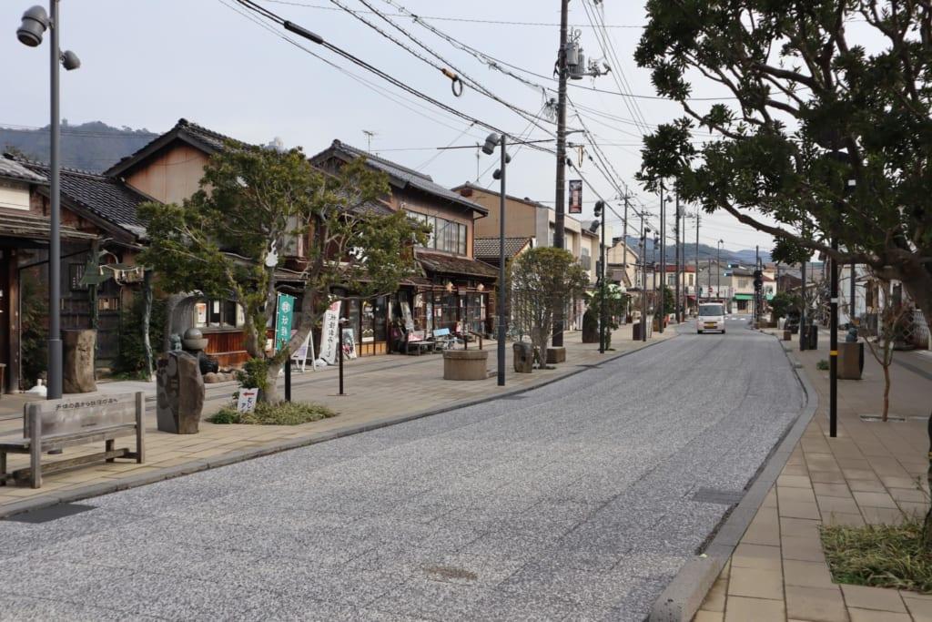 la rue de mizuki shigeru road, connue pour abriter de nombreuses photos de yokai japonais