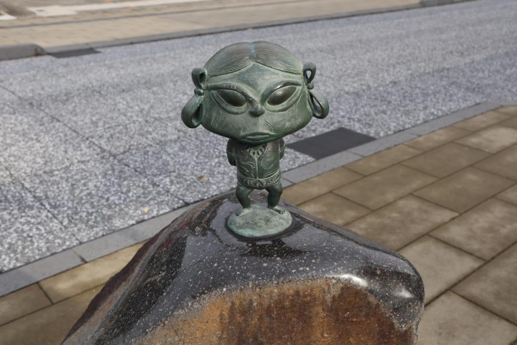 statue d'un yokai japonais dans les rues de sakaiminato