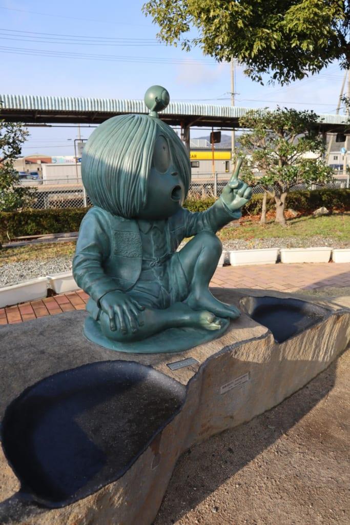 statue de yokai japonais tiré du manga ge ge no kitaro