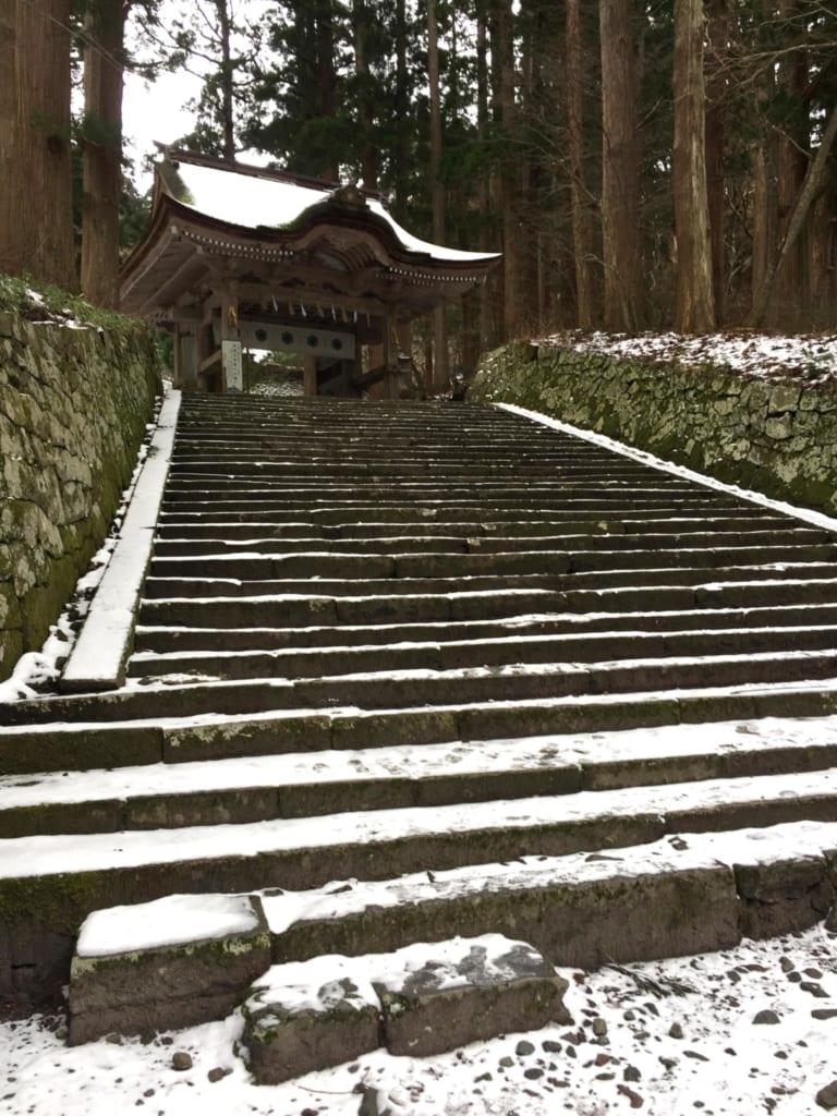 marches recouvertes de neige menant au sanctuaire ogayama