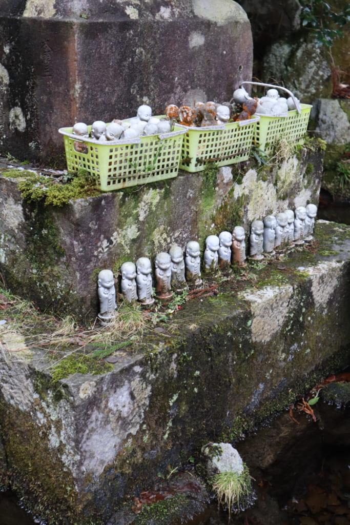 de nombreuses petites statuettes de bouddha