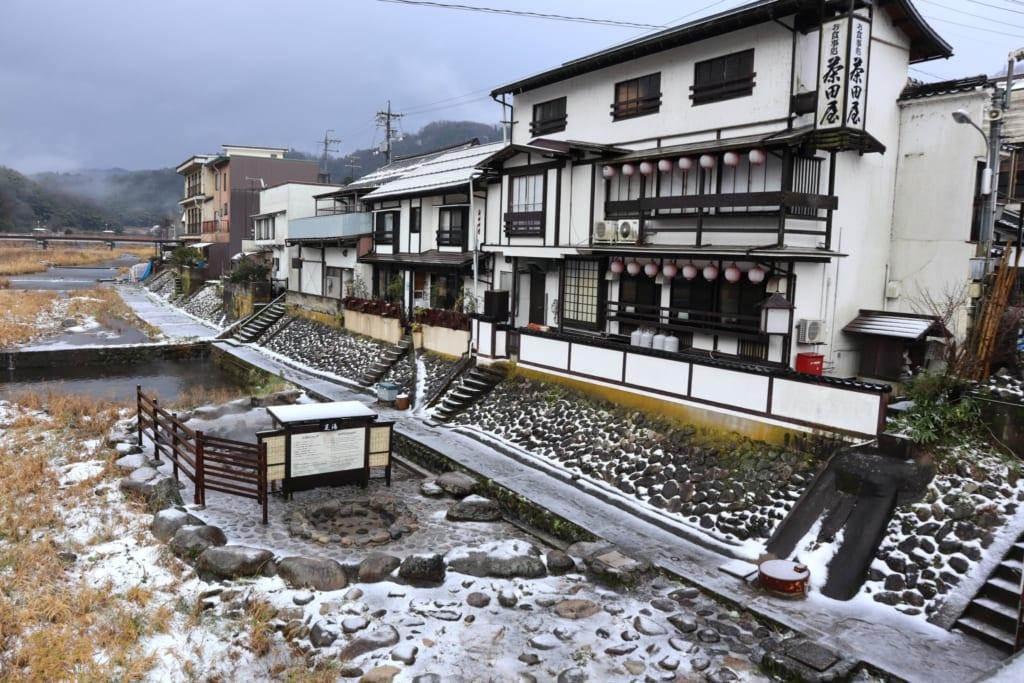 Les rues de la station thermale de misasa en hiver