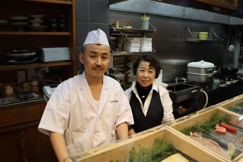 Le couple tenant le restaurant de sushi chez sasa sushis