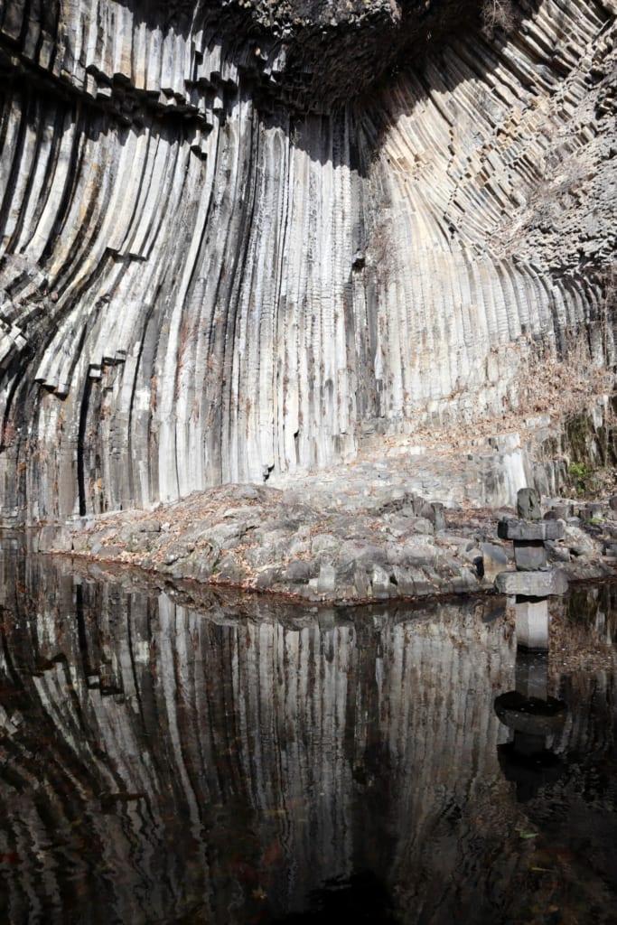 les impressionnantes formations géologiques des grottes de gendubo qui se reflètent à la surface de l'eau