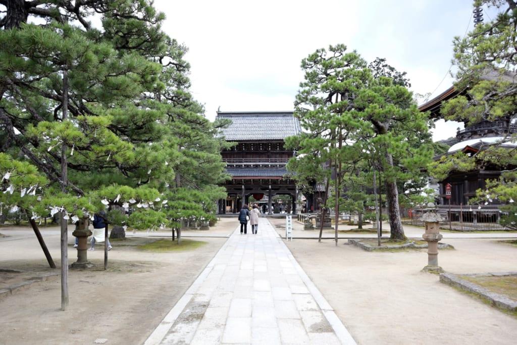 la longue allée menant au temple chionji