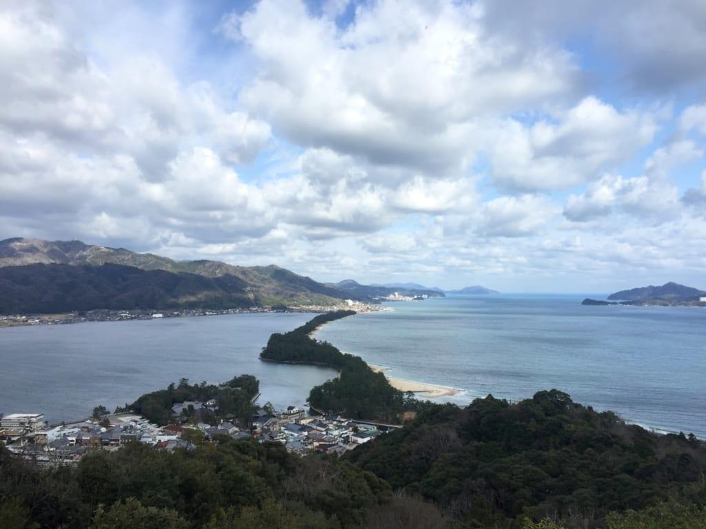 La mer du Japon séparée par une bande de sable depuis le amanohashidate viewland