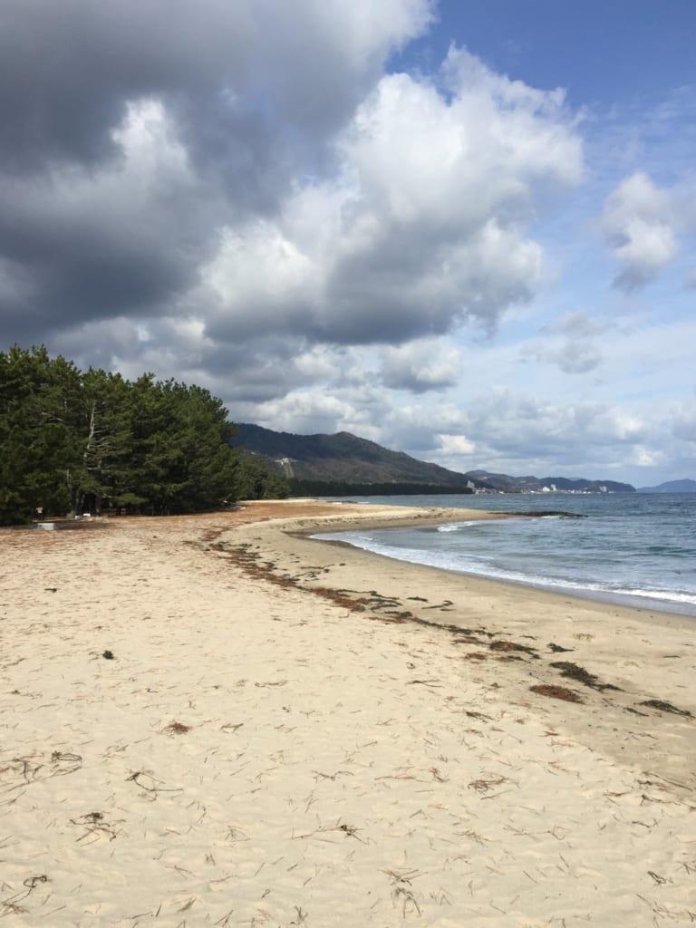 Bande de plage le long de la mer du Japon