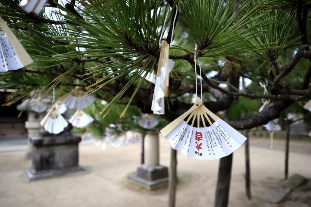 omikuji en forme d'éventail au temple chionji