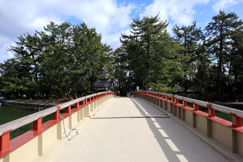 pont le long de la mer du Japon