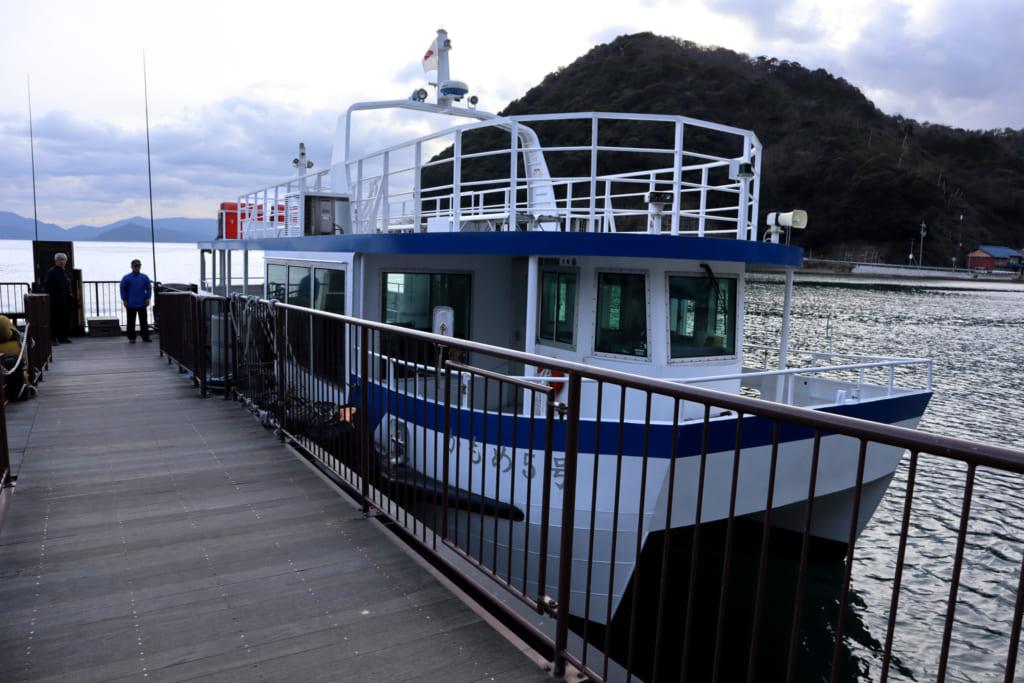 bateau faisant découvrir ine depuis la mer du Japon
