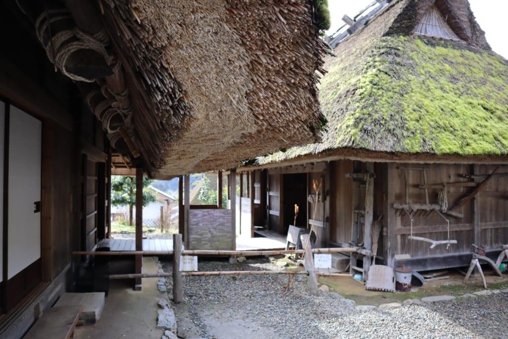 Les épais toits de chaume de kayabuki no sato
