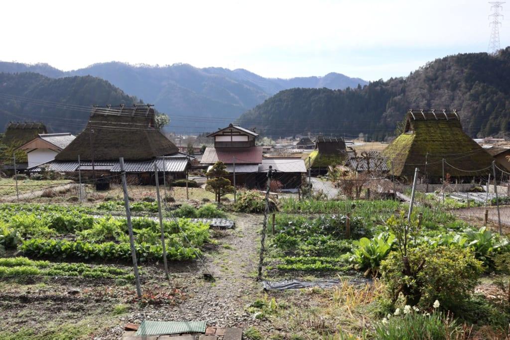 Le village de kayabuki no sato et ses jardins potagers