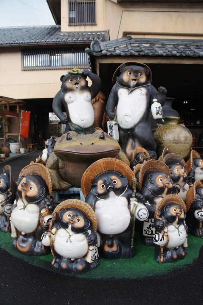 Ensemble de statues de tanuki en céramique devant une boutique de Shigaraki, Shiga, Japon