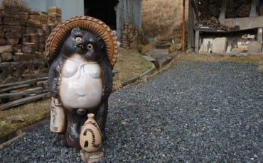 Statue de tanuki en céramique à Shigaraki