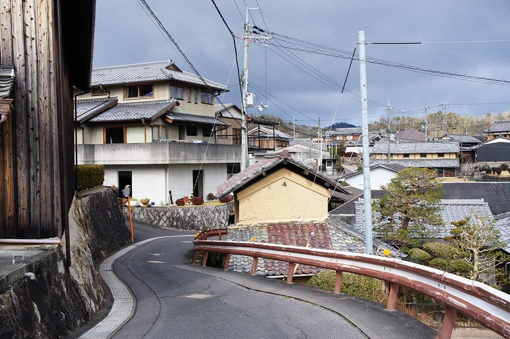 Ruelle sinueuse dans le village de Shigaraki, Shiga, Japon