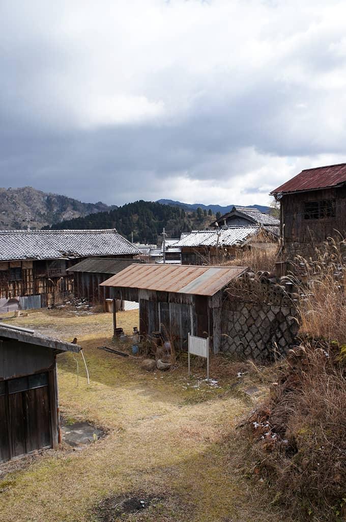 Vue sur le village de Shigaraki et les montagnes au loin