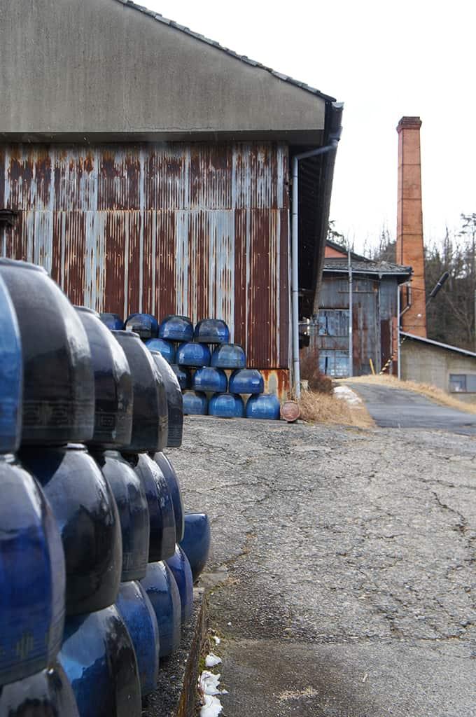 Pots de céramique devant un atelier à Shiagaraki