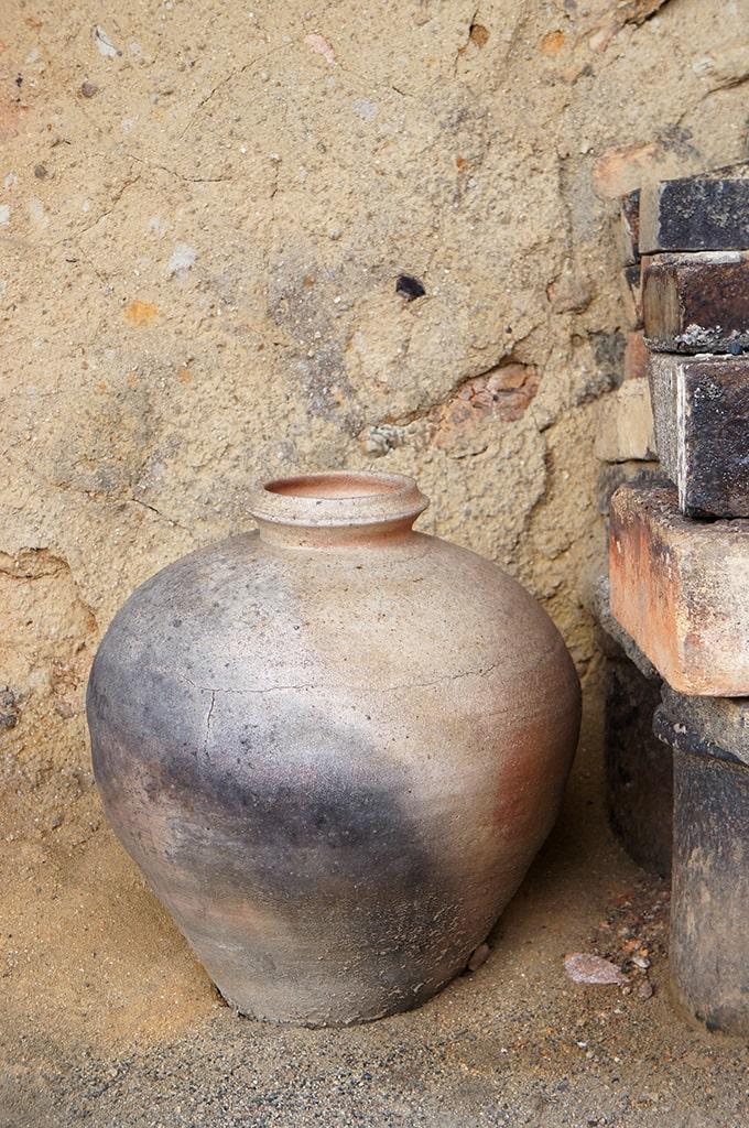 Pot en céramique près du four grimpant de Shigaraki