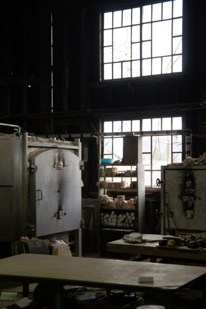 L'intérieur de la boutique Tanikangama, vue de l'atelier