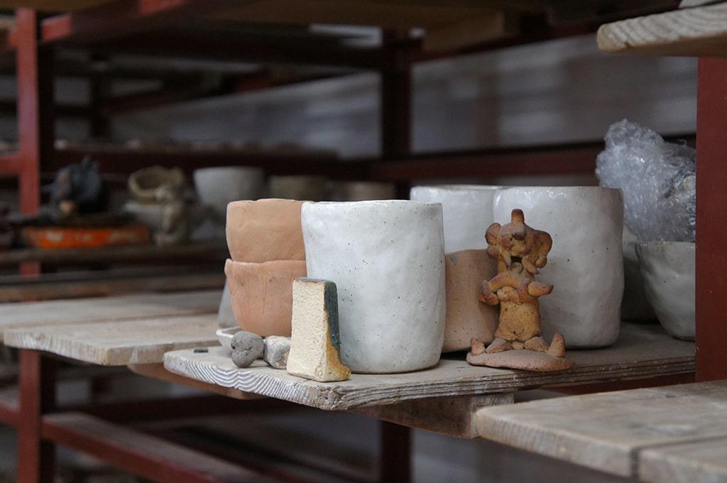 Tasses et petite sculpture en céramique au centre pour personnes handicapées mentales de Shigaraki