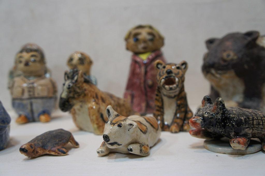 Petites sculptures d'animaux et de personnages en céramique créés par les pensionnaires