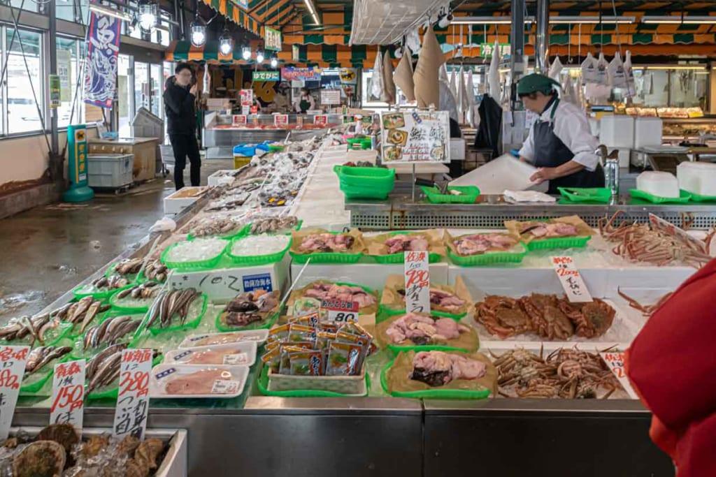 Image du marcher de Pia bandai aux nombreux produits de la mer du Japon