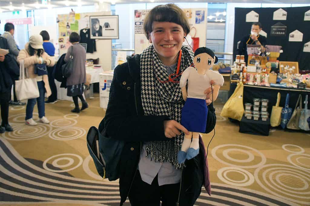 Clémentine avec une poupée-audioguide à l'image des dessins d'un artiste exposé