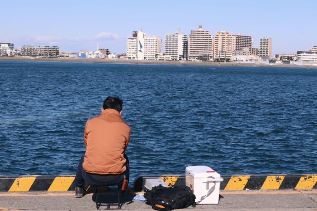 Personne entrain de pêcher sur le port