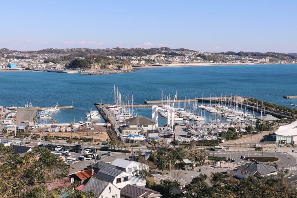 le port d'enoshima vu depuis les hauteurs
