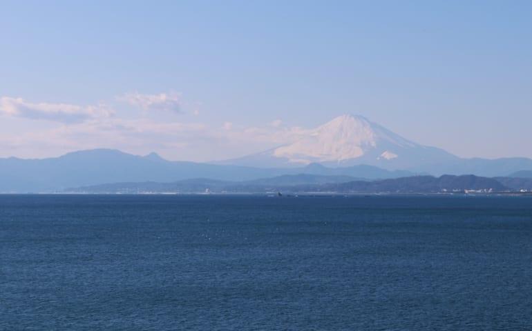 le majestueux mont fuji très visible depuis enoshima lorsqu'il faut beau